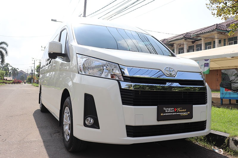 Sewa Hiace Premio Luxury - Takatrans.co.id
